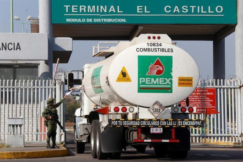 Militares resguardan los centros de distribución de combustibles en el cetro de distribución del municipio de El Salto, en el estado de Jalisco (México). EFE/Archivo