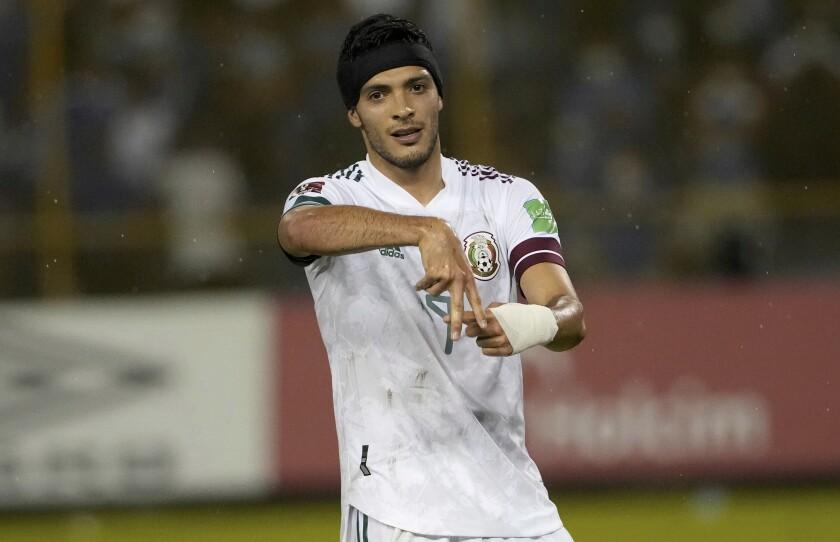 Raúl Jiménez, de la selección de México, festeja luego de conseguir el segundo tanto ante El Salvador, en un partido de la eliminatoria al Mundial, el miércoles 13 de octubre de 2021 (AP Foto/Moisés Castillo)