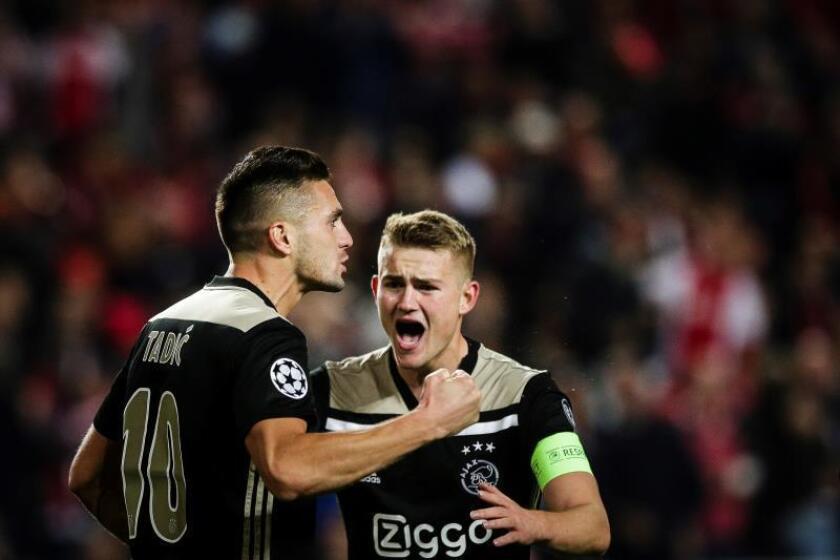 Dusan Tadic y Ligt (d) celebran un gol en un partido del grupo A de la Liga de Campeones entre Benfica y Ajax, en el estadio Luz en Lisboa (Portugal). EFE/Archivo