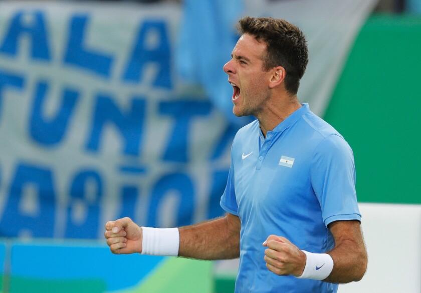 El argentino Juan Martín del Potro festeja tras vencer al portugués Joao Sousa en el tenis de los Juegos Olímpicos el lunes, 8 de agosto de 2016, en Río de Janeiro.
