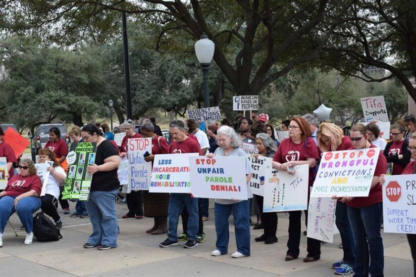 Familiares de reculsos rezan sosteniendo pancartas que en su mayoría piden condenas justas e inocencia factual durante una concentración hoy, lunes 13 de febrero 2017, frente al Capitolio en Austin, Texas. EFE