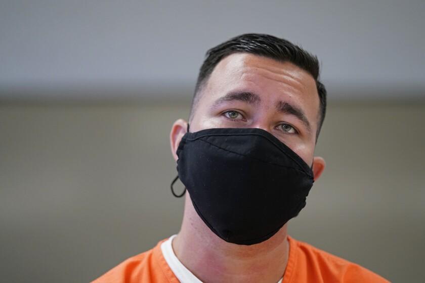 El inmigrante detenido Alexander Martínez habla durante una entrevista con The Associated Press