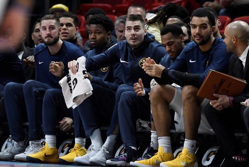 El español Juan Hernangomez (c), de los Nuggets de Denver, fue registrado este martes al reacciona desde el banco, durante un partido de la NBA contra los Heat de Miami, en el American Airlines Arena de Miami (Florida, EE.UU.). EFE
