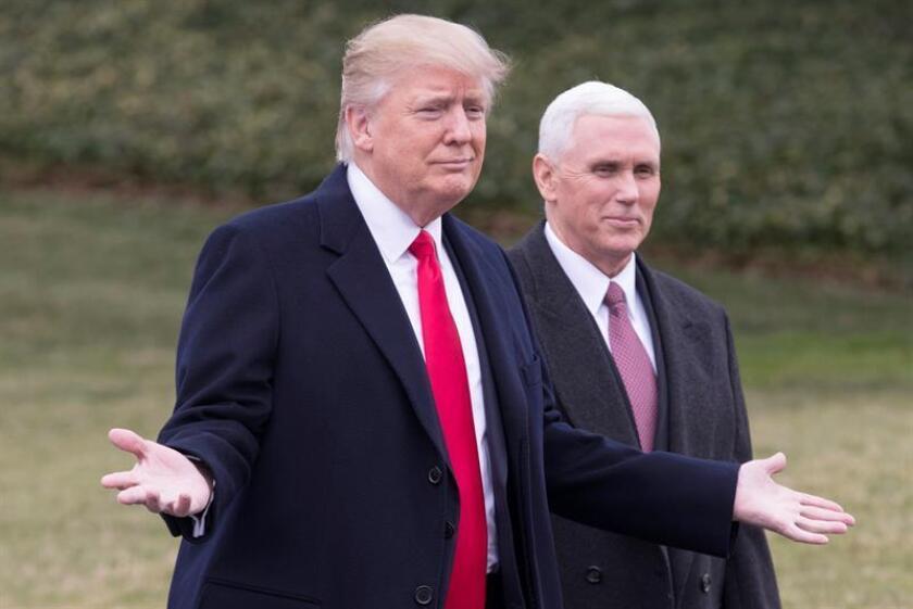 El presidente estadounidense, Donald Trump (c), camina junto al vicepresidente, Mike Pence (d). EFE/Archivo