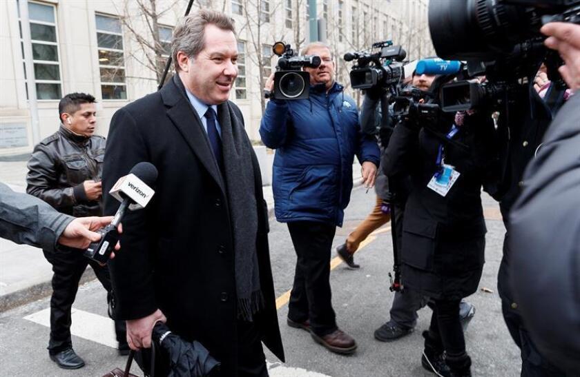 """El abogado de la defensa Jeffrey Lichtman sale este miércoles del Tribunal Federal de los Estados Unidos, durante otro día de deliberaciones en el caso contra Joaquín """"El Chapo"""" Guzmán, en Brooklyn, Nueva York (EE. UU.). EFE"""