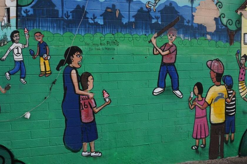 Dejan un grafiti racista en mural mexicano-estadounidense en Phoenix