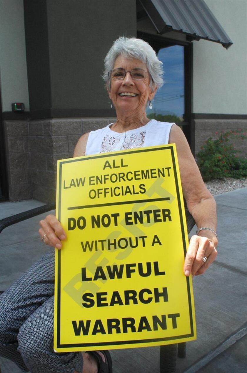 La doctora Norma Price posa para Efe con uno de los carteles con los que busca informar a los inmigrantes indocumentados sobre sus derechos hoy, viernes 24 de agosto de 2018, al norte de la ciudad de Tucson, Arizona (Estados Unidos). EFE/ARCHVIO