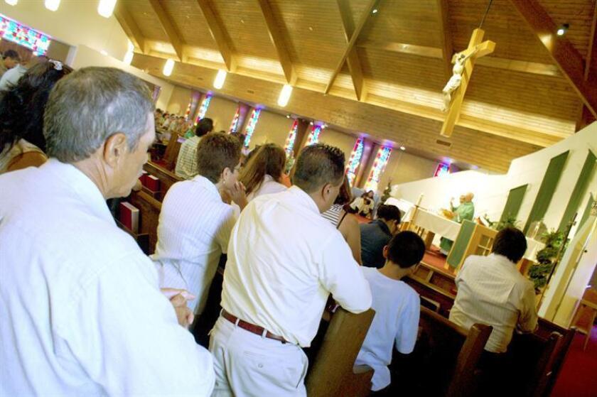 La iglesia católica de San Judas, perteneciente a la Diócesis de Fort Worth (Texas), no sólo es el refugio espiritual de miles de hispanos, sino que también se ha convertido en un recurso para los que necesitan ayuda en esta época de crisis económica. EFE/Archivo