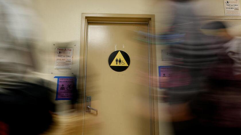 Un baño de género neutro en Santee High School, en Los Ángeles (Barbara Davidson/Los Angeles Times).