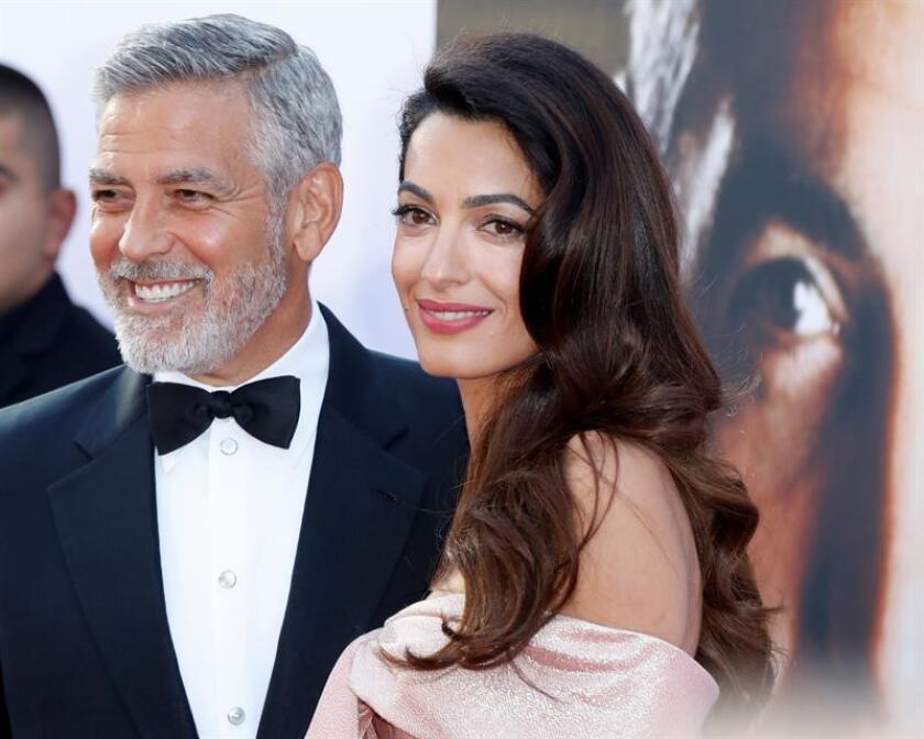 El actor estadounidense George Clooney (izq) y su esposa Amal Clooney posan para los fotógrafos a su llegada a la gala de entrega del 46º premio a la carrera profesional que entrega el Instituto de Cine Americano (AFI) en el teatro The Dolby Theatre de Hollywood, California (Estados Unidos). EFE/Archivo