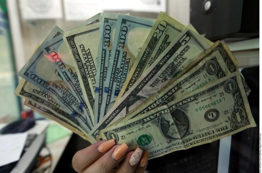 El dólar alcanzó los 21.40 pesos, valor 35 centavos mayor al del cierre de ayer, ante cancelación de planta de Ford en México.