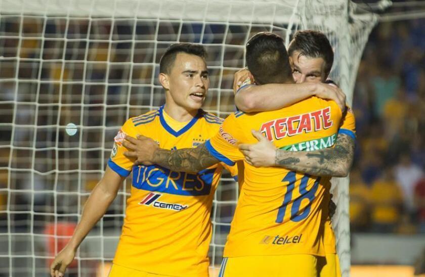 Andre Gignac (d) de Tigres festeja una anotación con sus compañeros durante el partido correspondiente a la jornada 8 del Torneo Clausura en el estadio Universitario de San Nicolás de los Garza (México). EFE