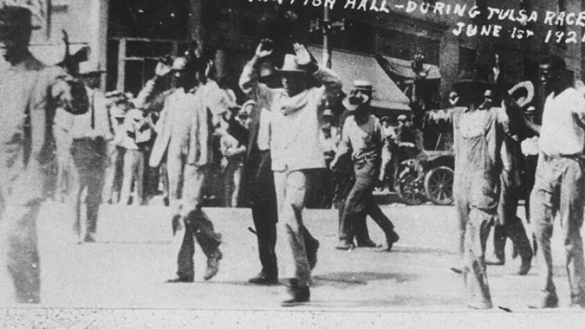 Personas de raza negra, detenidas después de los disturbios del 1º de junio de 1921 en Tulsa, Oklahoma, donde 300 personas murieron, muchos de ellos por disparos (Tulsa Historical Society).