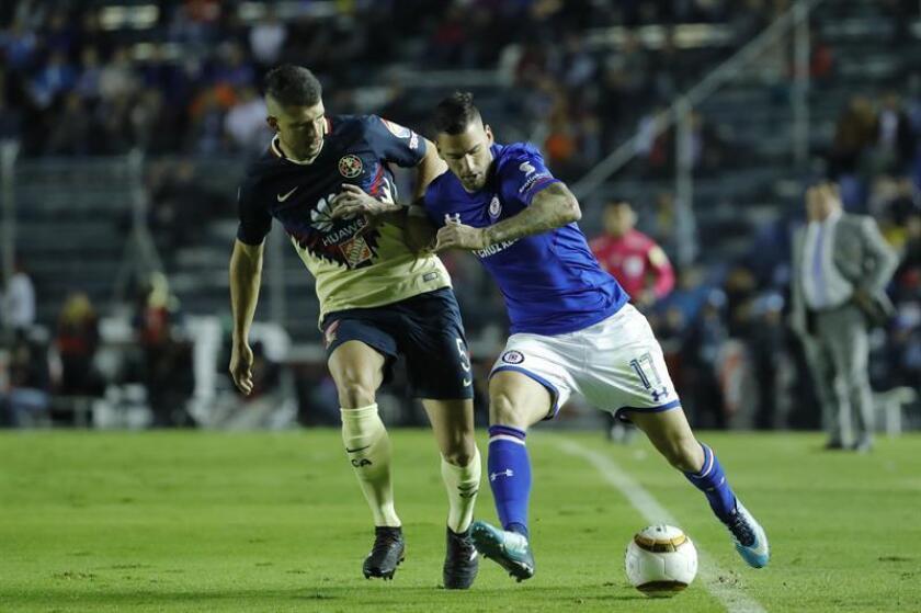 El jugador de Cruz Azul Edgar Mendez (d) disputan el balón con Guido Rodríguez (i) del América. EFE/Archivo