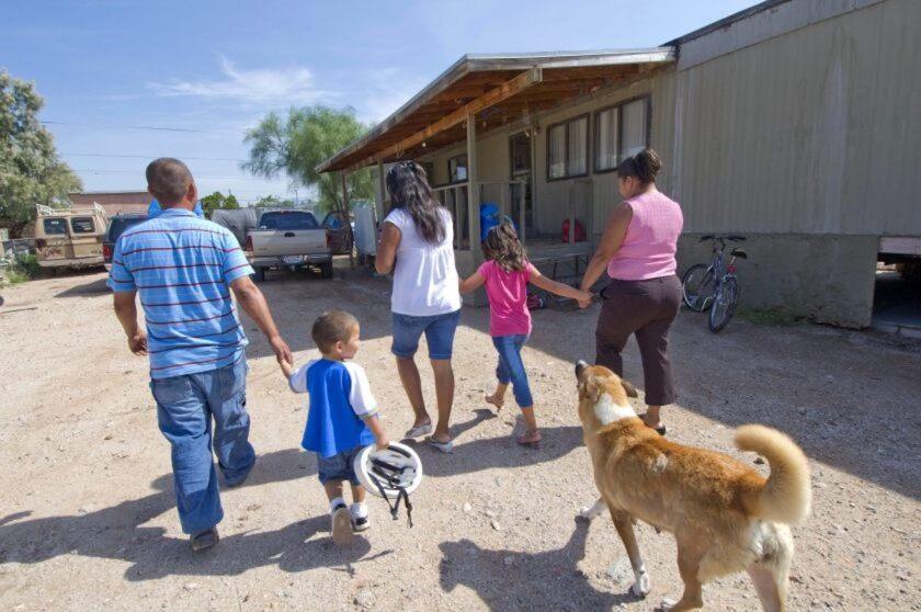 Una familia de migrantes ilegales en el sur de Tucson en Arizona.