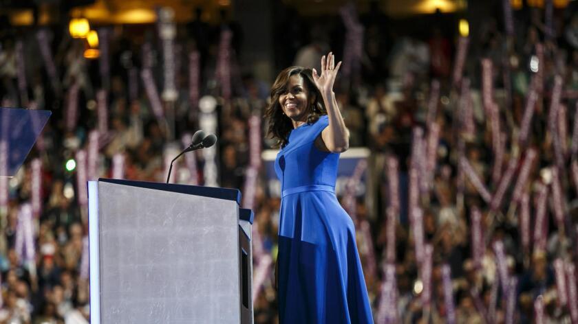 """Al subrayar su apoyo a la candidata demócrata a la Casa Blanca, Hillary Clinton, Michelle Obama destacó, con la voz quebrada por la emoción, que gracias a ella sus dos hijas """"dan por hecho"""" que una mujer puede ser la próxima presidenta del país."""