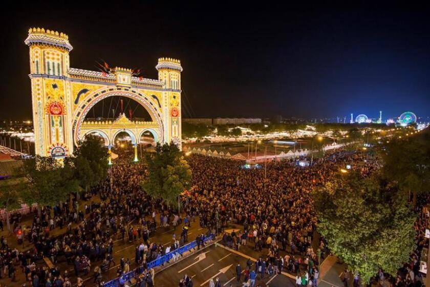 """La Feria de Abril de Sevilla comenzó el 14 de abril de 2018 tras el tradicional encendido del """"alumbrao"""", activado dicho año por diez personas de mas de 64 años, y donde mas de 200.000 bombillas iluminaran desde las doce de la noche el Real de la Feria. EFE/Archivo"""