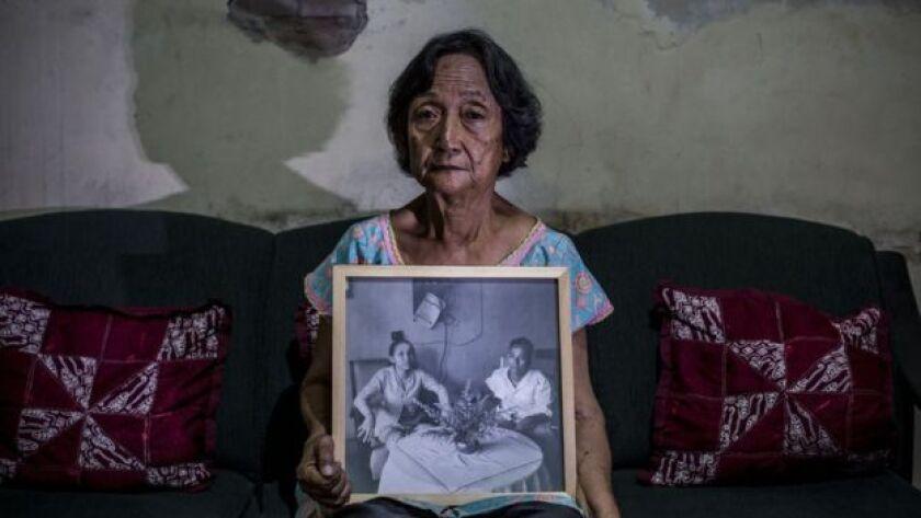 Sri Muhayati, de 75 años, cuyo padre fue ejecutado durante la represión.