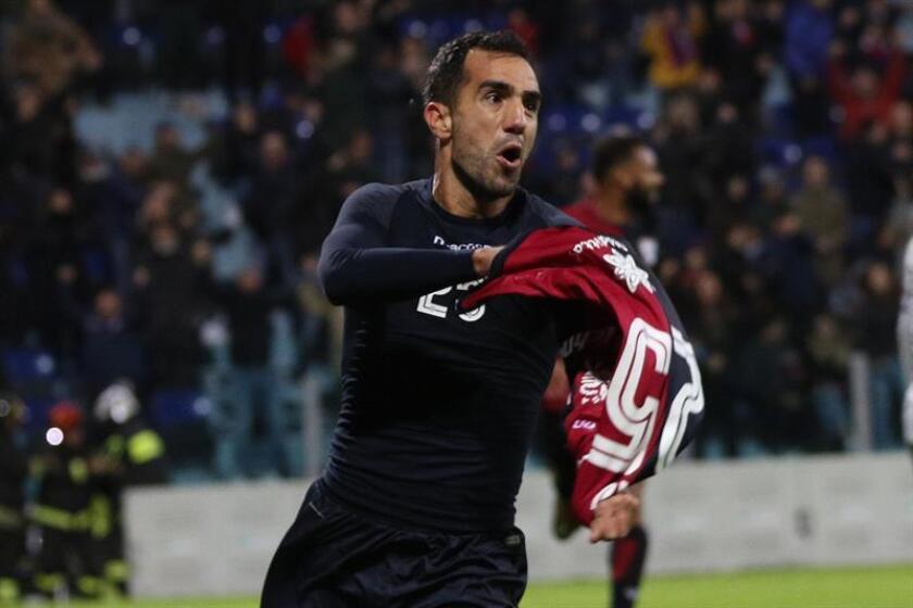 El jugador del Cagliari Marco Sau celebra el empate a dos en la prolongación ante el AS Roma en el Sardegna Arena de Cagliari, Italia. EFE/EPA