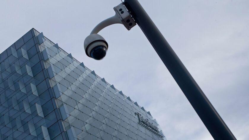 Una cámara de seguridad fuera de la sede de Telefónica, en Madrid. El gobierno español sostuvo que varias compañías, entre ellas Telefónica, fueron blanco de un ataque de ransomware (Paul White / Associated Press).