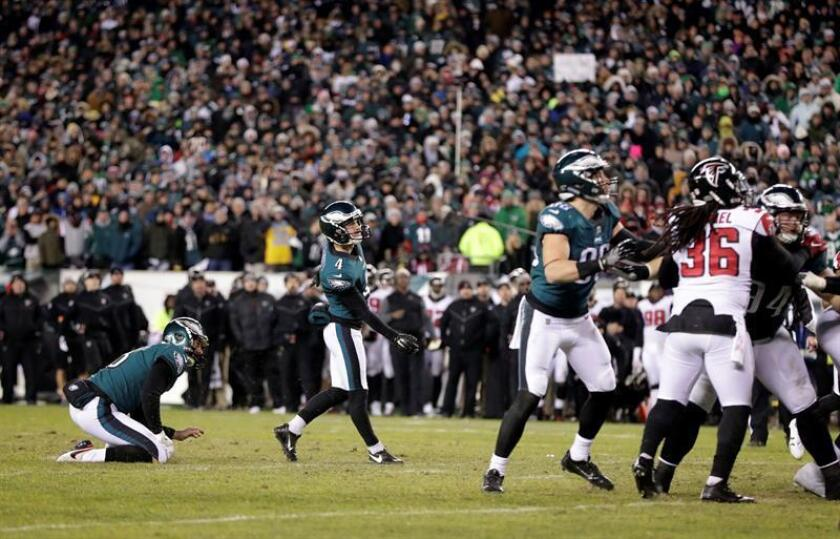 Philadelphia Eagles Kicker Jake Elliott (C) watches his 21 yard field goal against the Atlanta Falcons during the fourth quarter in the NFC Divisional Playoff game at Lincoln Financial Field in Philadelphia, Pennsylvania, USA, 13 January 2018. (Filadelfia, Estados Unidos). EFE