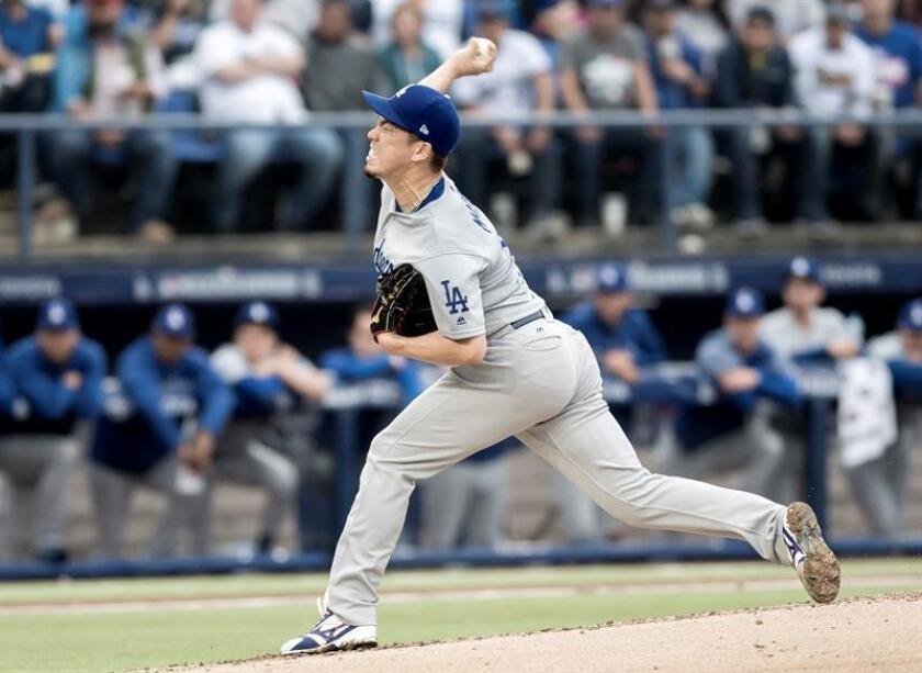 Kenta Maeda de los Dodgers lanza la bola. EFE/Archivo