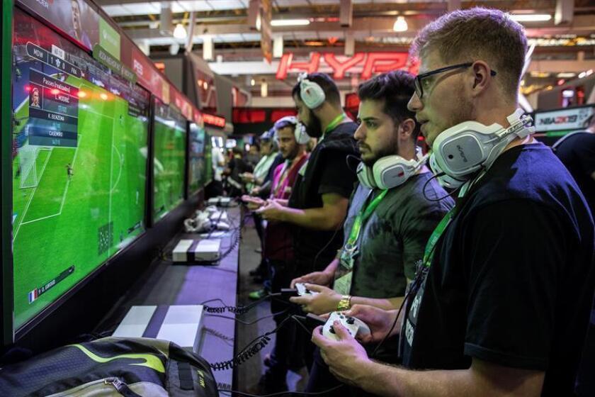 Jóvenes juegan en la feria Brasil Game Show este miércoles 10 de octubre de 2018, en Sao Paulo (Brasil). EFE