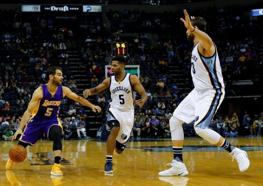 El jugador de Lakers Jose Calderon (i) trata de superar la marca de Andrew Harrison (c) y Marc Gasol (d), de Grizzlies, hoy, sábado 3 de diciembre de 2016, durante un partido entre Lakers y Grizzlies por la NBA en el FedExForum de Memphis, Tennessee (EE.UU.). EFE