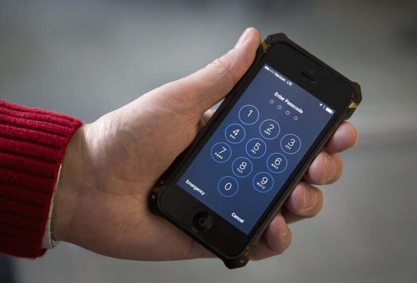 En esta imagen del 17 de febrero de 2016, se muestra un iPhone en Washington. Ha surgido un cisma entre familiares de las víctimas y sobrevivientes del ataque terrorista en San Bernardino, California, debido a que al menos un par de ellos apoyan a Apple Inc., en su batalla contra una orden de una corte federal para ayudar al FBI a hackear el iphone bloqueado de uno de los agresores. (Foto AP/Carolyn Kaster)