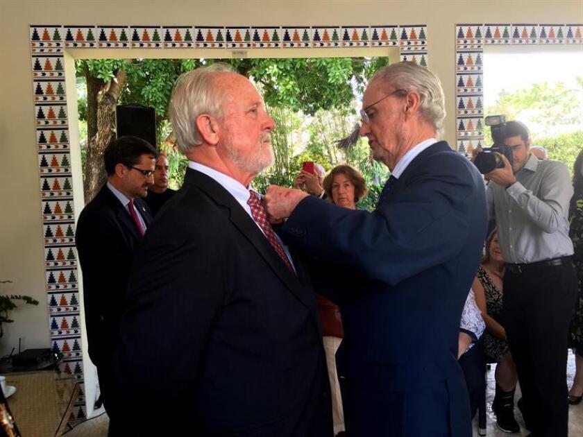 El embajador de España en Estados Unidos, Pedro Morenés (d), condecora al exalcalde de la ciudad de San Agustín, Joseph L. Boles Jr. (i), con la Cruz de la Orden de Isabel La Católica hoy, miércoles 21 de febrero de 2018, en la residencia oficial del cónsul español en Miami, Florida (Estados Unidos). EFE