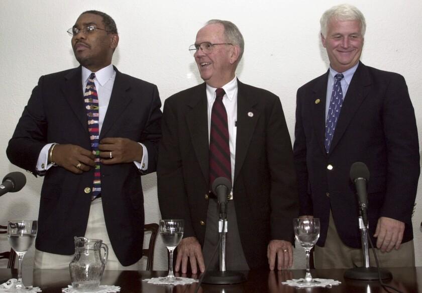 Los congresistas demócratas Gregory W. Meeks , Cass Ballengere; ) y William D. Delahunt