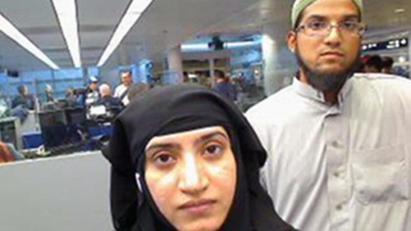 Una foto del 27 de julio de 2014 muestra a Tashfeen Malik (izq.) y Syed Rizwan Farook, al momento de pasar por el Aeropuerto Internacional O'Hare, en Chicago. (Associated Press)