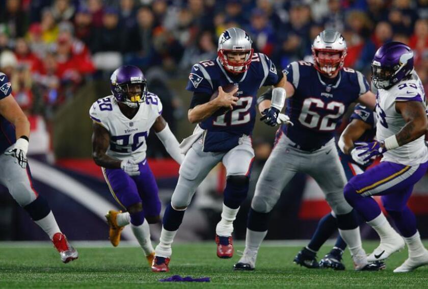 El mariscal de campo Tom Brady de los Patriots de Nueva Inglaterra (c) en acción durante el partido de la NFL entre los Vikings de Minnesota y los Patriots de Nueva Inglaterra en el Gillette Stadium en Foxboro, Massachusetts (EE.UU.) hoy, 2 de diciembre de 2018. EFE