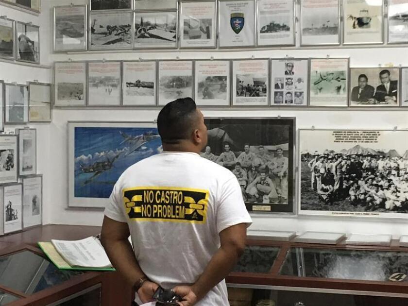 Un visitante observa fotos históricas hoy, martes 7 de agosto de 2018, en la sede de la Asociación de Veteranos de Bahía Cochinos (Brigada 2506) en Miami, Florida (EE.UU.), durante la presentación de un nuevo tema del rapero cubano Michael Marichal. EFE