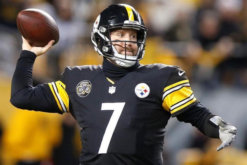 Pittsburgh Steelers quarterback Ben Roethlisberger throws a pass against the Baltimore Ravens in the first half of the NFL American Football game between the Baltimore Ravens and the Pittsburgh Steelers at Heinz Field in Pittsburgh, Pennsylvania, USA, 10 December 2017. EFE