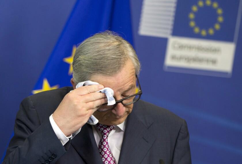 El presidente de la Comisión Europea, Jean-Claude Juncker, se seca la frente antes de dar una conferencia de prensa en las instalaciones de la Unión Europea en Bruselas. (AP Foto/Virginia Mayo)