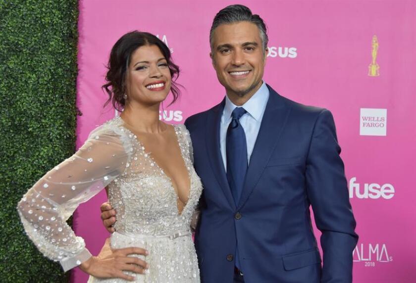 Andrea Navedo (i), actriz de la serie de TV Jane the Virgin, posa junto al actor de la misma serie, Jaime Camil, a su llegada a la alfombra negra de los premios latinos ALMA hoy, domingo 4 de noviembre de 2018, en Los Ángeles (Estados Unidos). EFE