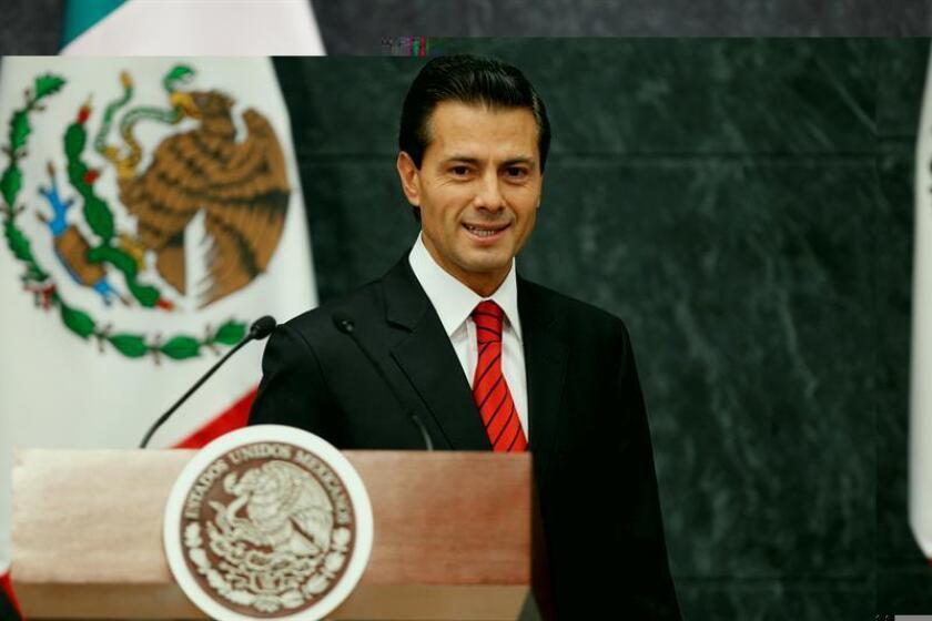 """El presidente Enrique Peña Nieto pidió en un mensaje navideño que la población ponga """"en alto"""" el nombre de México y contribuya a construir una mejor nación, en un año marcado por la victoria de Donald Trump a la presidencia de Estados Unidos, muy crítico con el país. EFE/ARCHIVO"""