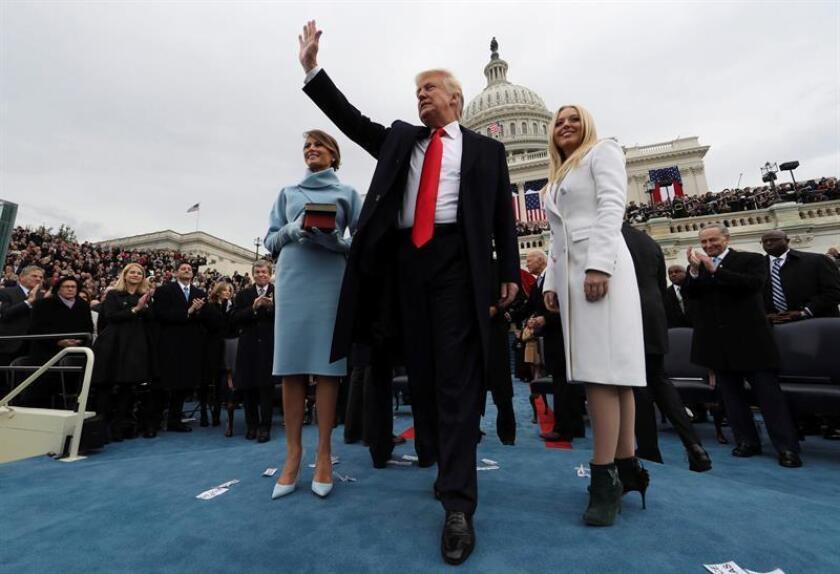 El presidente de EE.UU., Donald J. Trump (c), saluda tras jurar como el presidente número 45 de la historia de los Estados Unidos en una ceremonia oficial celebrada ante las escalinatas del Capitolio, en Washington DC (Estados Unidos) hoy, 20 de enero de 2017. En la foto, la primera dama Melania Trump (i), y Tiffany Trump (d). EFE/ Pool
