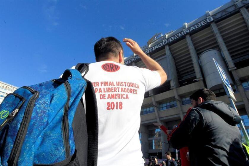 Un aficiona del Club River Plate de Argentina fue registrado este tarde en las inmediaciones del estadio Santiago Bernabéu, donde este domingo se disputará el partido de vuela de la fina de la Copa Libertadores de América. EFE