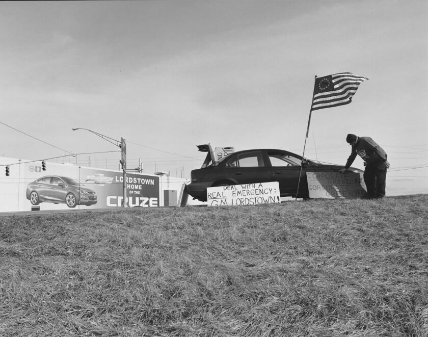 Una foto en blanco y negro de 2019 de un hombre que protestaba por el cierre de una planta automotriz