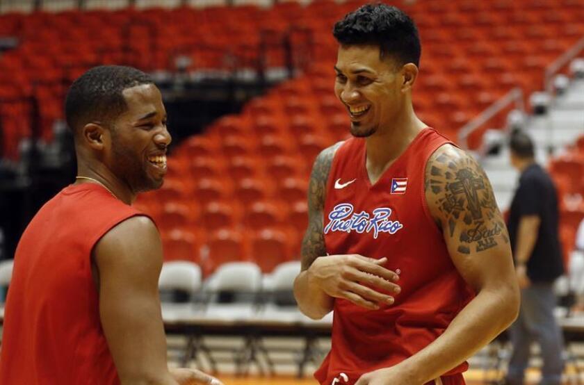Los jugadores de la selección de baloncesto de Puerto Rico, Gary Browne (i) y David Huertas (d). EFE/Archivo