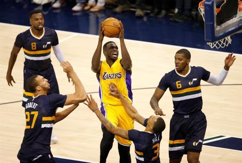 En la imagen, el jugador sudanés Luol Deng (c), que pasa de los Lakers a los Timberwolves. EFE/Archivo
