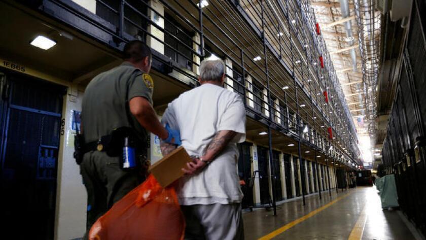 Un condenado a muerte es llevado de regreso a su celda del Bloque Este, después de pasar un rato en el patio de la Prisión Estatal de San Quentin, en California, el 16 de agosto pasado (Gary Coronado / Los Angeles Times).