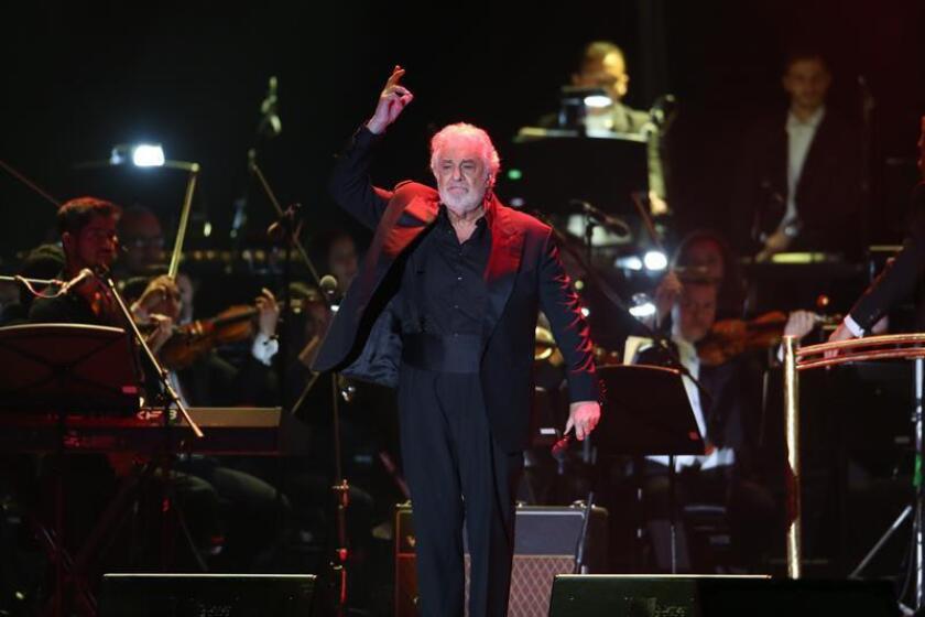 El tenor Plácido Domingo actúa durante un concierto este domingo en la ciudad de Guadalajara (México). Plácido Domingo fue la piedra angular que unió hoy a una decena de cantantes de ópera y música pop, bailarines y la Orquesta Filarmónica del estado de Jalisco (oeste de México) que participaron en un recital benéfico de la Fundación Real Madrid. EFE