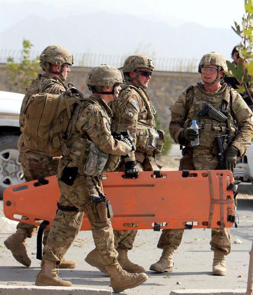Soldados del Ejército de EE.UU cargan con una camilla en Afganistán. EFE/Archivo