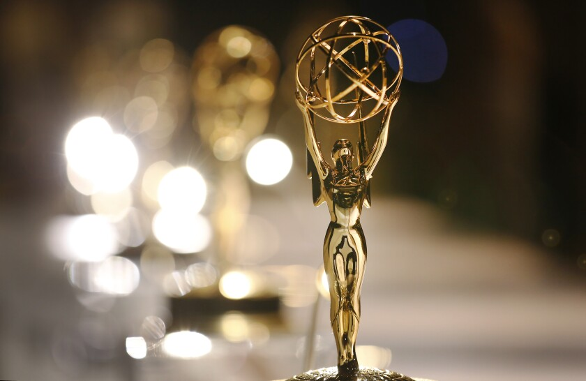 Estatuillas Emmy adornan la mesa de grabado