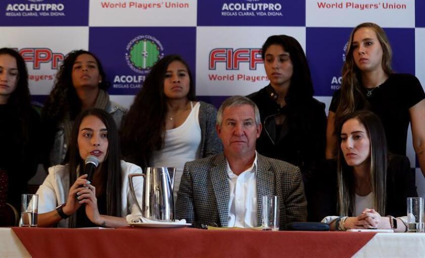 La futbolista colombiana Isabella Echeverri (i), el director ejecutivo de ACOLFUTPRO Carlos González Puche (c) y Melissa Ortiz. EFE