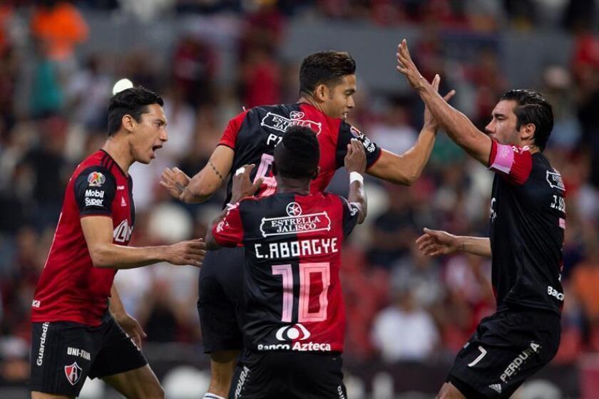 Jugadores de Atlas festejan una anotación ante Veracruz, el viernes 19 de octubre de 2018, durante un partido correspondiente a la jornada 13 del torneo de fútbol mexicano entre Atlas y Veracruz, en el estadio Jalisco, en Guadalajara (México). EFE/Archivo