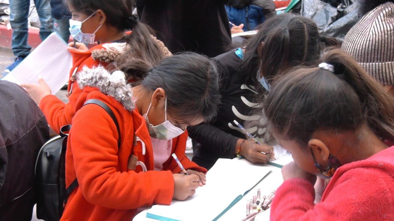 Migrantes centroamericanos en Tijuana imparten clases a menores acompañados